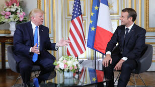 الرئيس الفرنسي ماكرون خلال لقائه بالرئيس الأمريكي ترامب، النورماندي (06 يونيو 2019)