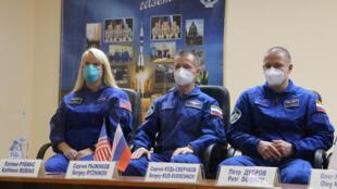 رواد الفضاء الثلاثة قبل انطلاقهم إلى المحطة الفضائية الدولية