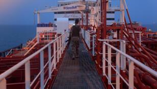 عنصر من الحرس الثوري على متن ناقلة النفط البريطانية المحتجزة