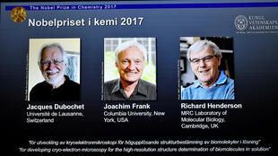 الفائزون بجائزة نوبل للكيمياء السويسري جاك دوبوشيه والأمريكي جواكيم فرانك والبريطاني ريتشارد هندرسون