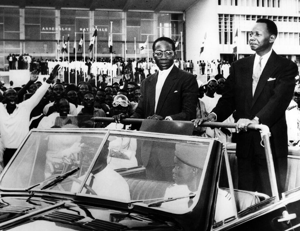 سنغور المنتخب حديثاً رئيساً للسنغال مع رئيس الوزراء مامادو ديا في شوارع داكار 5 أيلول 1960