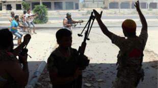 قوات تابعة للحكومة الليبية تطلق النار على مواقع للجهاديين في سرت 14-08-2016