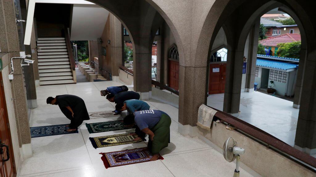 bangkok_thailand_prayers_outside_closed_mosque_coronavirus
