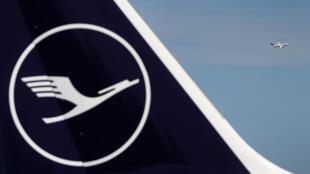 شعار لوفتهانزا في مطار فرانكفورت بألمانيا
