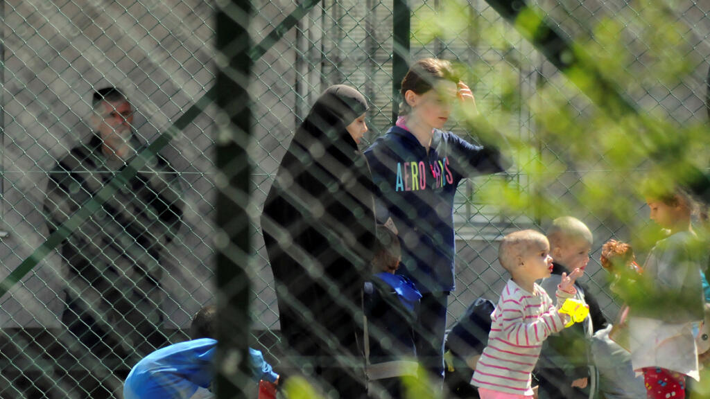 يحرس ضباط الشرطة النساء والأطفال من أقارب الجهاديين الكوسوفيين الذين عادوا من سوريا