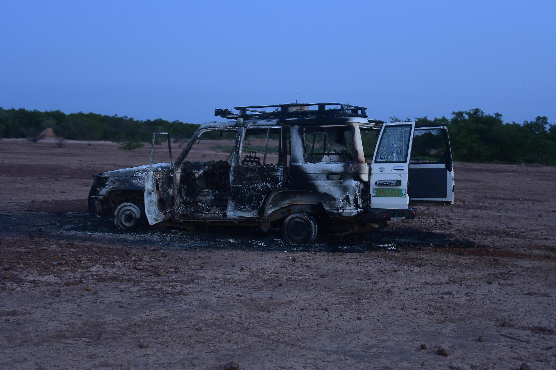 حطام السيارة التي قُتل فيها ستة فرنسيين من العاملين في الإغاثة ومرشدهم المحلي والسائق على يد مسلحين مجهولين كانوا يركبون دراجات نارية في منطقة جنوب غرب النيجر