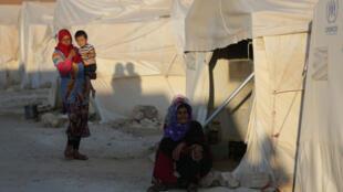 لاجئاتان سوريتان في ضواحي ادلب