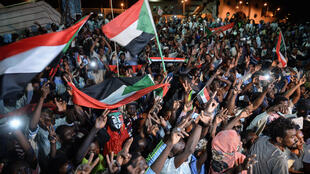 متظاهرون سودانيون