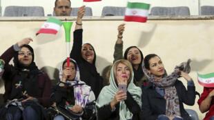 مشجعات إيرانيات على المدارج