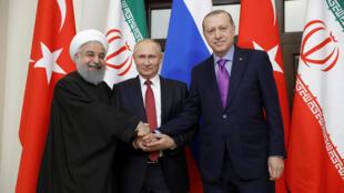 فلاديمير بوتين يتوسط أردوغان وروحاني بعد قمة سوتشي بروسيا يوم 22 نوفمبر 2017