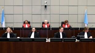 القاضي ديفيد ري، رئيس المحكمة الخاصة بلبنان خلال جلسة النطق بالحكم في قضية اغتيال رئيس الوزراء اللبناني السابق رفيق الحريري، هولندا (18 أغسطس 2020)