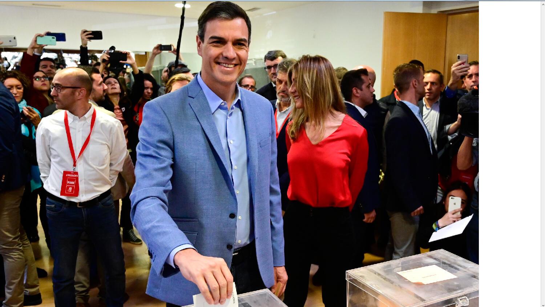 يدلي رئيس الوزراء الإسباني ومرشح الحزب الاشتراكي الأسباني لرئاسة الوزراء بيدرو سانشيز بأصواته في مركز اقتراع في مدريد