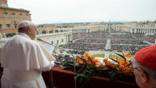 البابا فرنسيس في الفاتيكان يلقي كلمته بمناسبة عيد الفصح