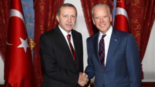 رجب طيب اردوغان يصافح جو بايدن اثناء زيارته إلى تركيا