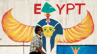 مواطن مصري يرتدي الكمامة الطبية في القاهرة