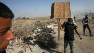 متظاهرون فلسطينيون خلال اشتباكات بالقرب من الحدود مع إسرائيل، في شرق مدينة غزة