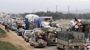 مدنيون سوريون من ريف حلف في اتجاه إدلب بعد هجوم قامت به قوات النظام السوري
