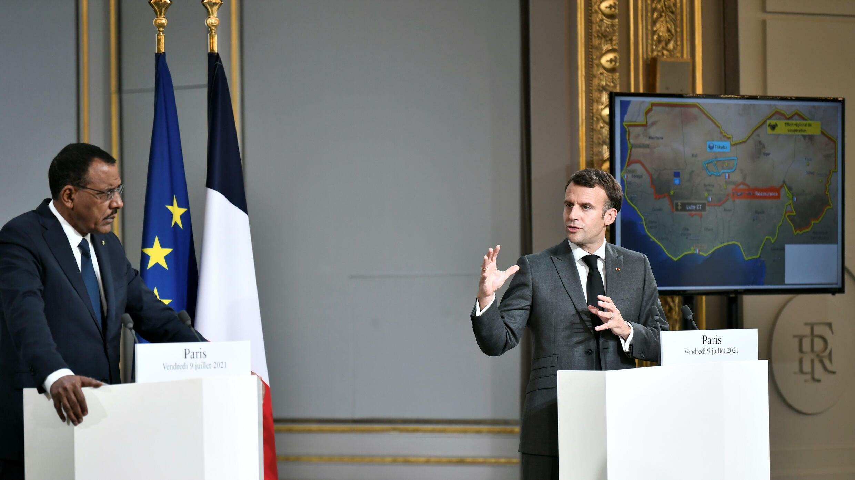 الرئيس الفرنسي ماكرون ورئيس النيجر بازوم بعد قمة افتراضية لدول الساحل، قصر الإليزيه، باريس (09 يوليو 2021)