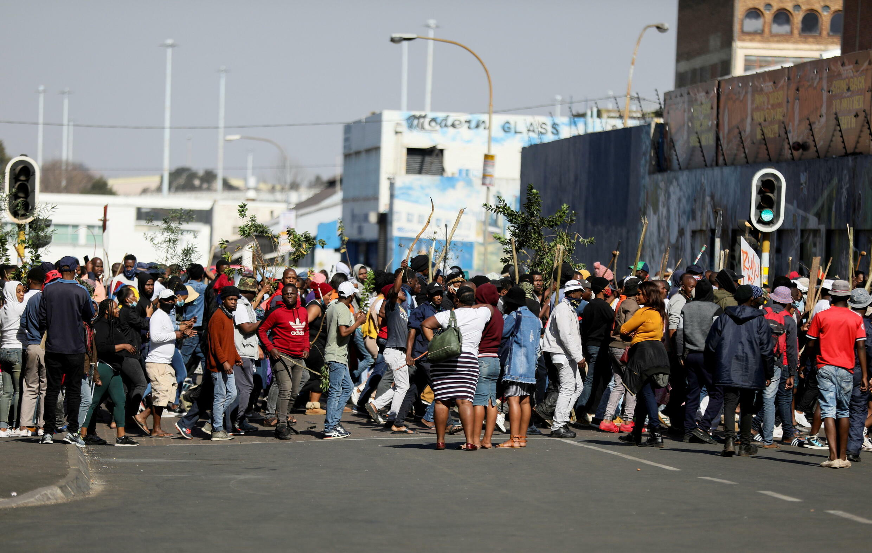 حشود المحتجين تجتاح مراكز تسوّق في جنوب إفريقيا، جوهانسبرغ ( 11 يوليو 2021)