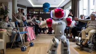 روبوت منزلي في دار للمسنين، باريس