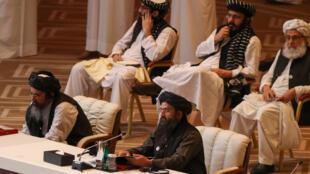 مؤسس حركة طالبان الملا عبد الغني برادر يتحدث خلال الجلسة الافتتاحية لمحادثات السلام بين الحكومة الأفغانية وطالبان في العاصمة القطرية الدوحة (أرشيف)