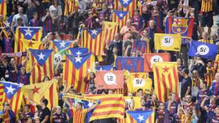 مشجعو برشلونة يرفعون أعلام كاتالونيا قبل مباراة برشلونة في جيرونا مع النادي المحلي في 23 سبتمبر 2017