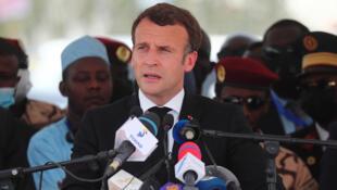 الرئيس الفرنسي إيمانويل ماكرون يلقي خطابا خلال تشييع الجنازة الرسمية للرئيس التشادي الراحل إدريس ديبي في نجامينا يوم 23 أبريل 2021