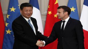 الرئيس الفرنسي إيمانويل ماكرون والزعيم الصيني شي جينبينغ