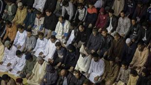 مصلون يؤدون صلاة التراويح في شهر رمضان بالمغرب