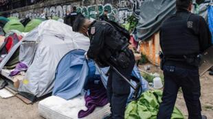الشرطة الفرنسية أثناء تفقد مخيم للاجئين