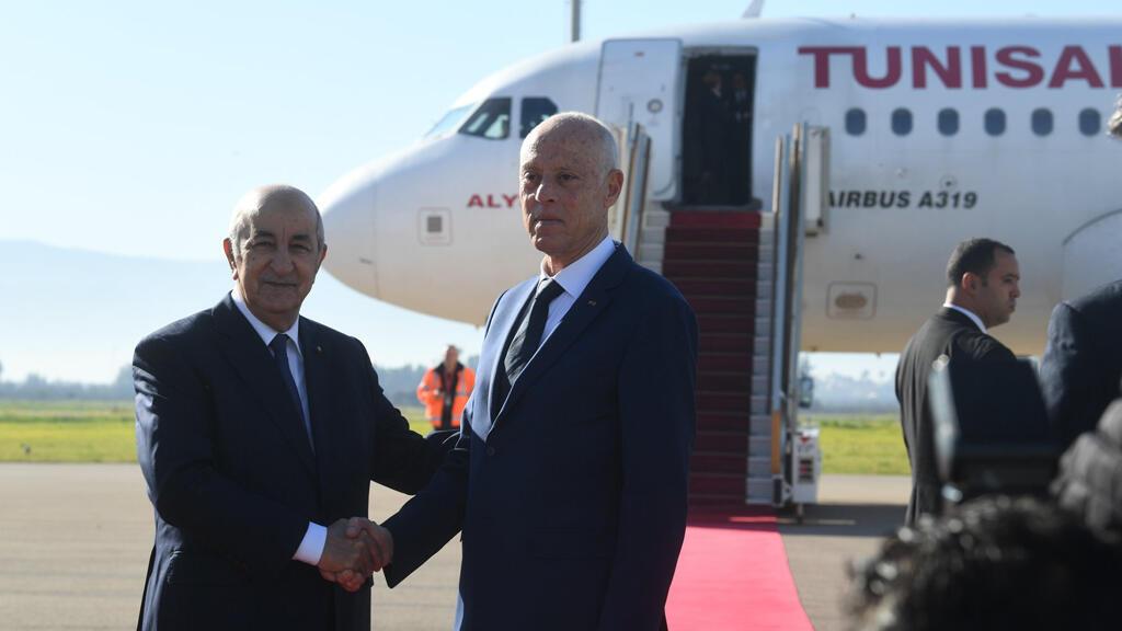 الرئيس الجزائري يصافح نظيره التونسي عند وصوله للجزائر
