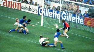 باولو روسي يسجل في مرمى ألمانيا الغربية خلال مونديال إسبانيا 1982