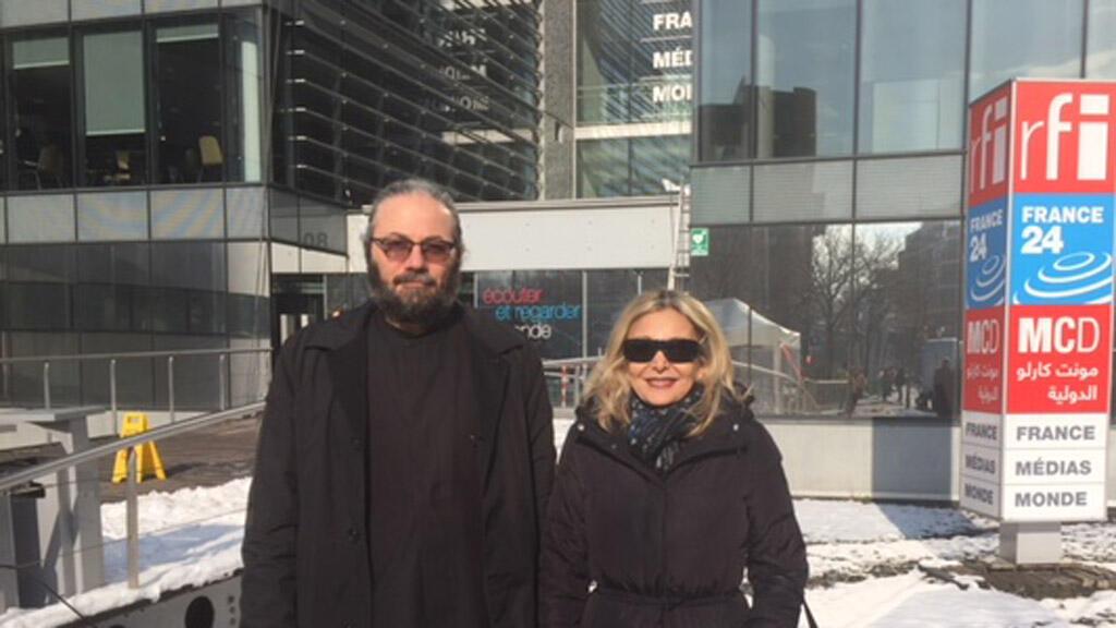 متروبوليت الروم الأرثوذكس أغناطيوس الحوشي رفقة الإعلامية كابي لطيف (أمام مبنى الإذاعة، باريس)