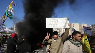 محتجون عراقيون يضرمون النار أمام السفارة الأمريكية في بغداد يوم 31 ديسمبر 2019