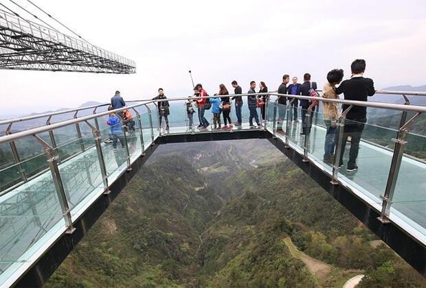 أعلى جسر زجاجي في العالم في الصين