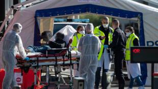 الطاقم الطبي في مستشفى هنري ماندور بضواحي باريس يستقبل مريضا أصيب بفيروس كورونا