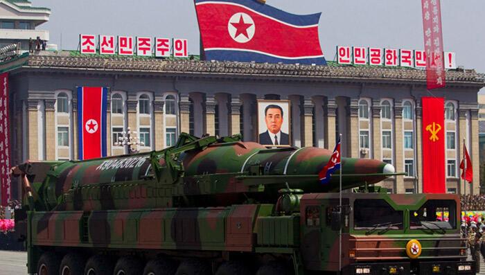عرض عسكري كوري شمالي يظهر فيه صاروخ باليستي قادر على حمل رؤوس نووية