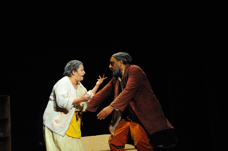 مشهد من مسرحية خاطيني