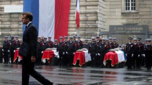 الرئيس ماكرون في مراسم تكريم عناصر الشرطة الذين قُتلوا في قلب محافظة شرطة باريس