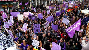 نساء يشاركن في مسيرة بمدريد بمناسبة اليوم العالمي للمرأة يوم الجمعة 8/3/2019