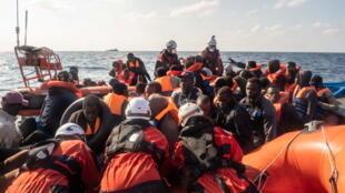 أنقاذ مهاجرين في البحر المتوسط