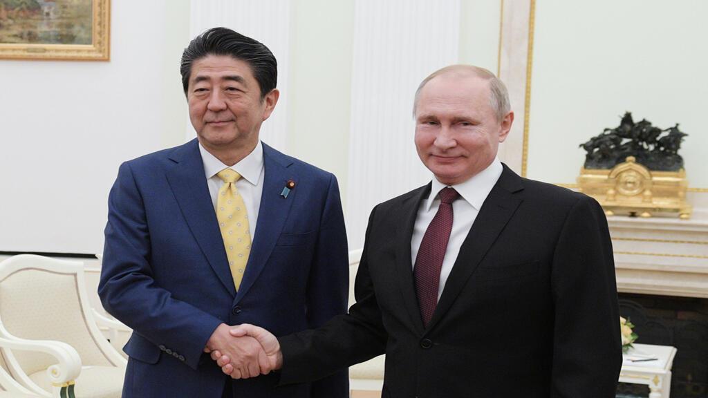 الرئيس الروسي فلاديمير بوتين و رئيس الوزراء الياباني شينزو آبي