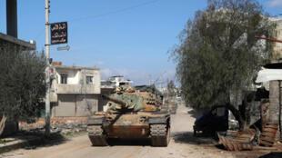 دبابة تابعة للجيش التركي من طراز M60 في مدينة سرمين جنوب شرق مدينة إدلب يوم 20 فبراير/ شباط 2020