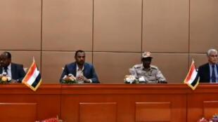 توقيع الاطراف السودانية  بالأحرف الاولى على الاعلان الدستوري
