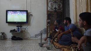 سوريون يتحلقون حول شاشة التلفزيون لمتابعة مباريات كرة القدم، إدلب (03-09-2017)