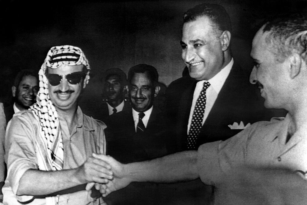 عرفات يوقع مع الملك حسين اتفاق وقف اتفاق نار بحضور الرئيس المصري جمال عبد الناصر في القاهرة
