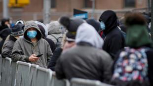 صفوف طويلة من المواطنين أمام مركز هيلمورست الطبي في نيويورك لإجراء فحص الكورونا