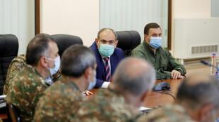 رئيس الوزراء الأرمني نيكول باشينيان يلتقي بالقيادة العسكرية للبلاد في يريفان