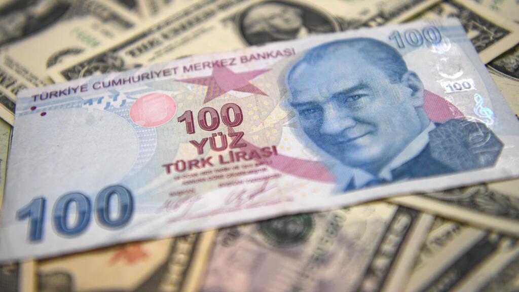 دولارات مع ورقة نقدية من الليرة التركية