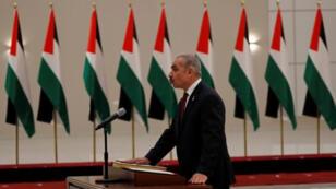محمد إشتية رئيس الوزراء الفلسطيني أثناء تأديته اليمين القانونية في رام الله بالضفة الغربية يوم السبت